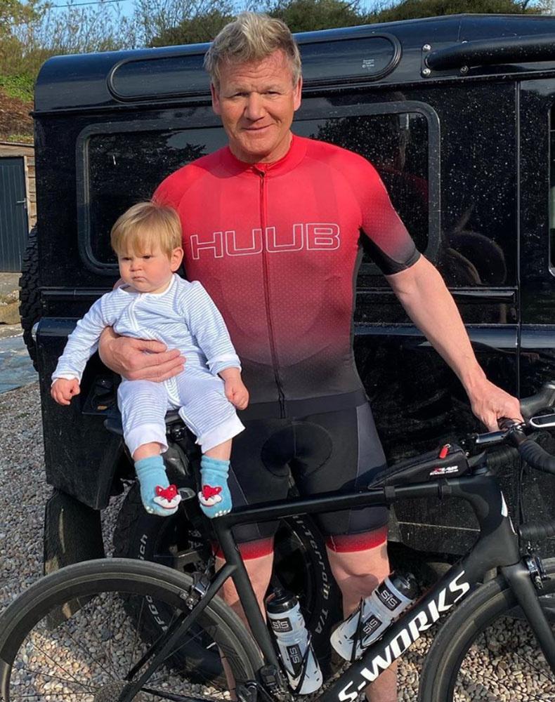 Édesapja a vasárnapot sportolással töltötte, viszont Oscarnak szemlátomást nem volt kedve biciklizni.
