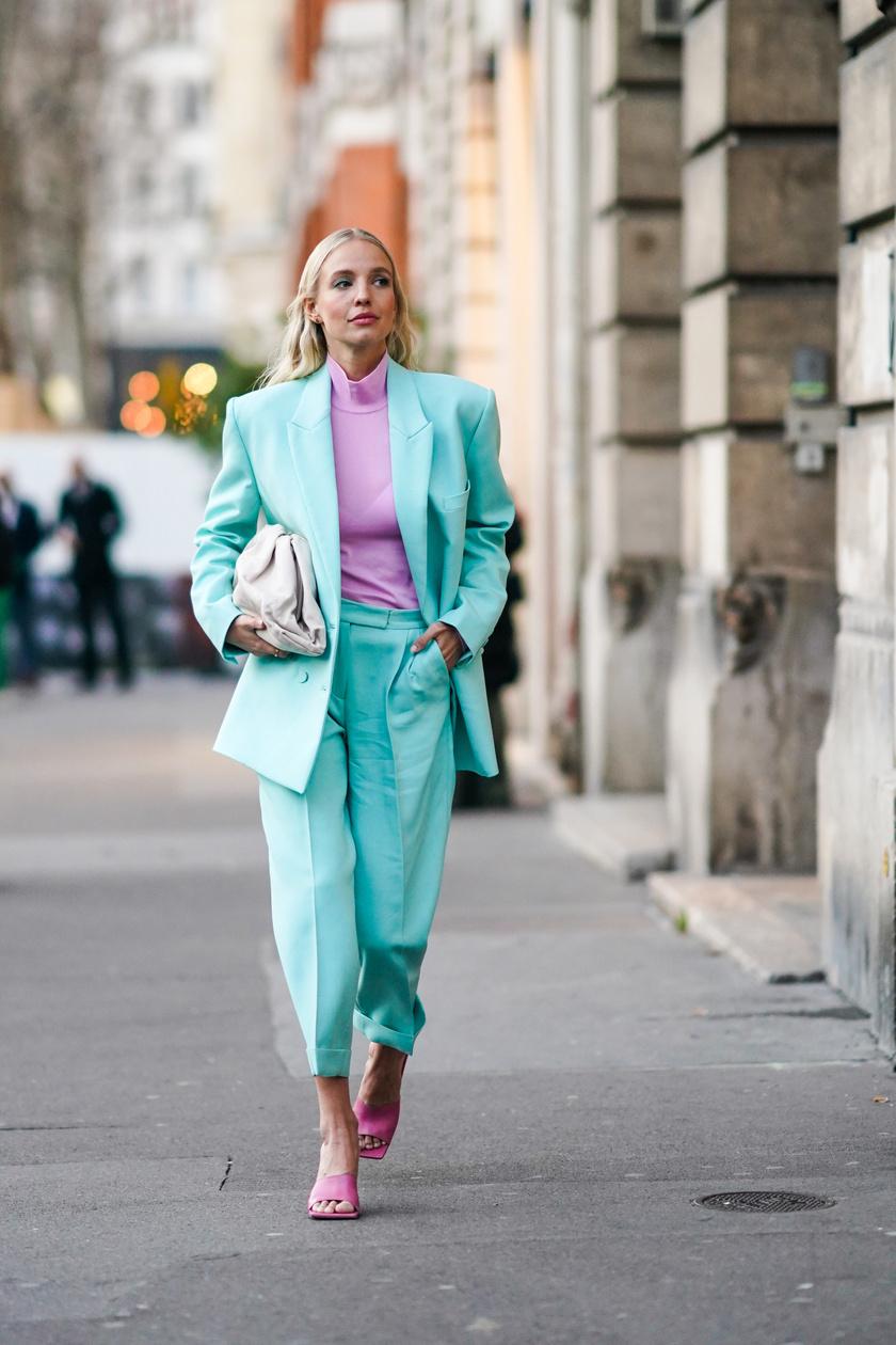 A halvány árnyalatok remekül kombinálhatók. A kék és a rózsaszín vagy lila romantikus, cukorkás hatást kelt, ha együtt viseled. Tökéletes választás egy nyári napra.