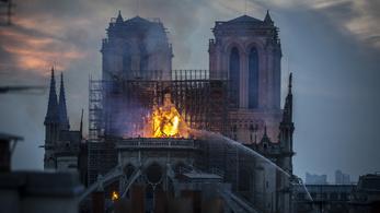 Az Ellenség a kapuknál és a Hét év Tibetben rendezője készít filmet a Notre-Dame-ról