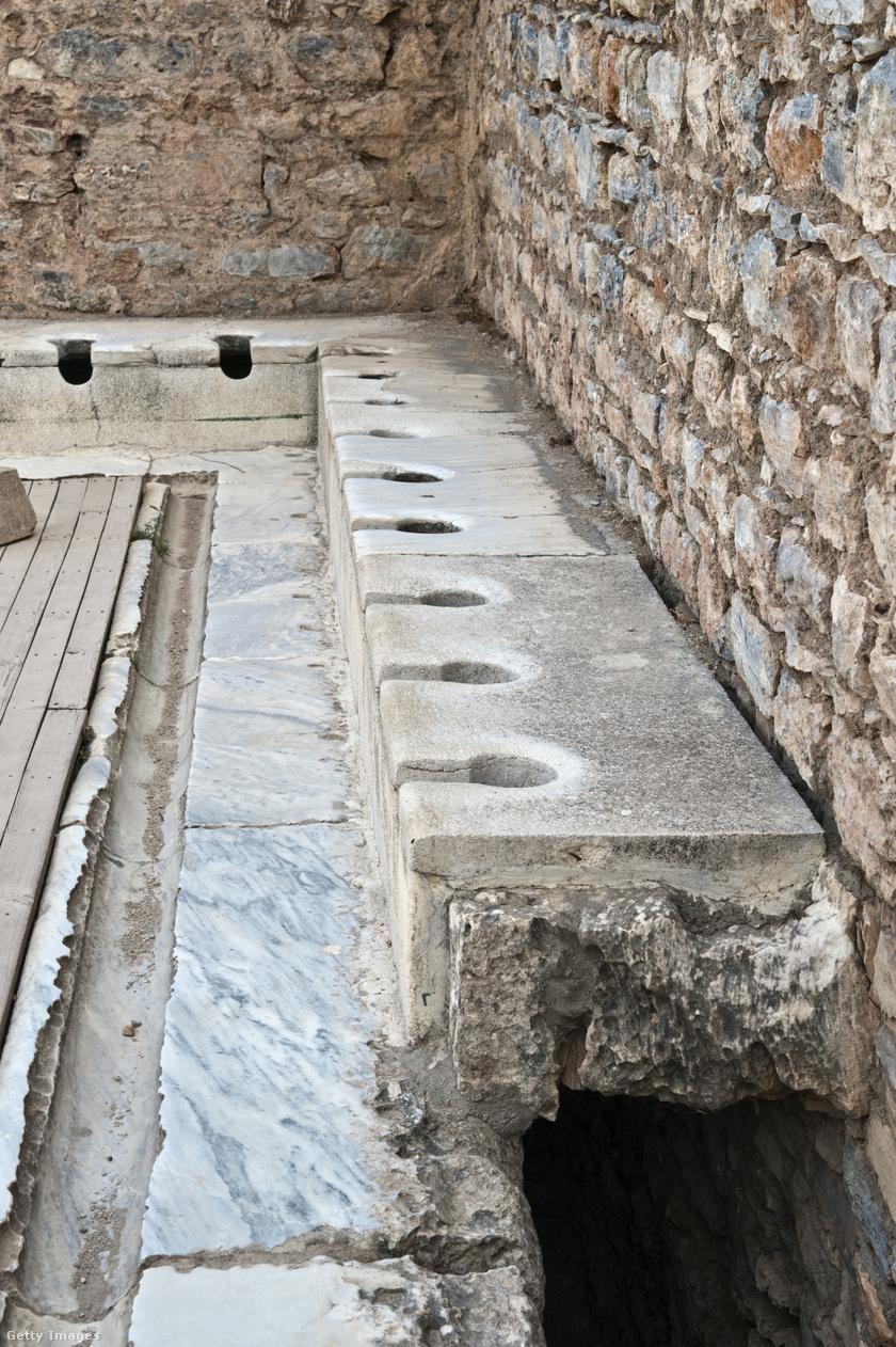 Római nyilvános vécék sora.