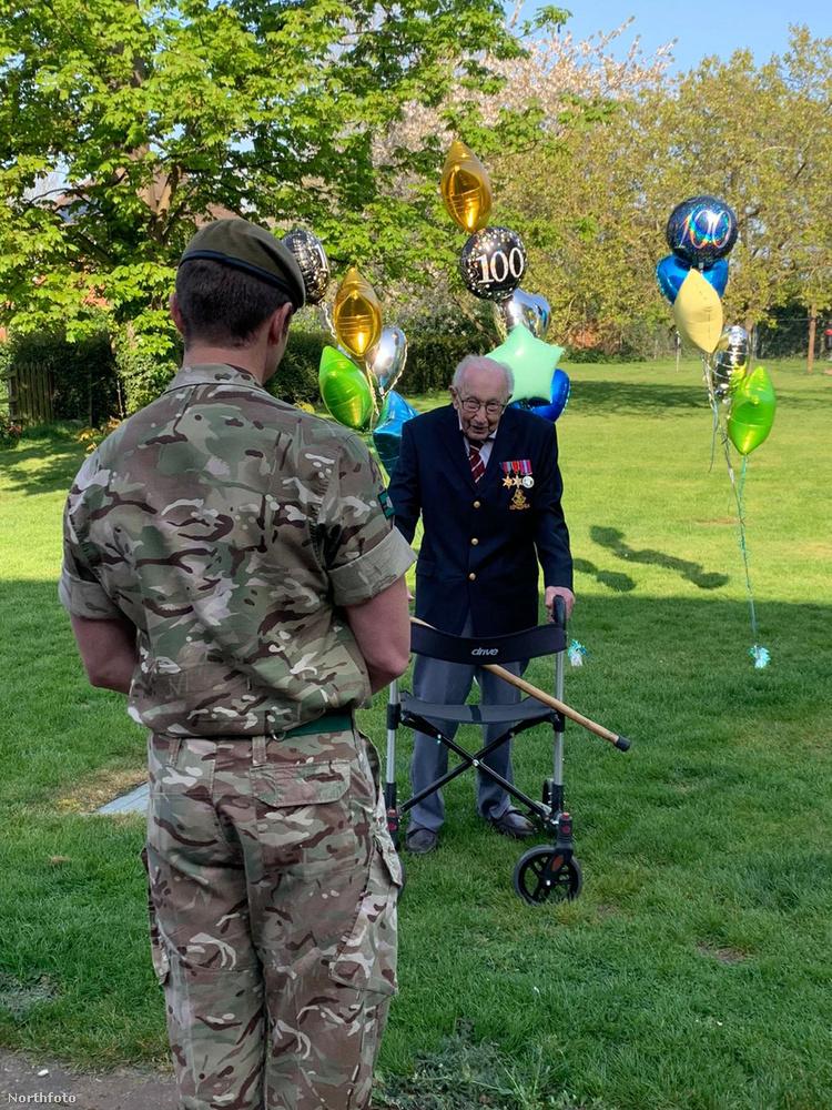Amikor Captain Tom Moore megtette a századik kört is, már annyira népszerű volt, hogy katonák mentek ki üdvözölni őt.