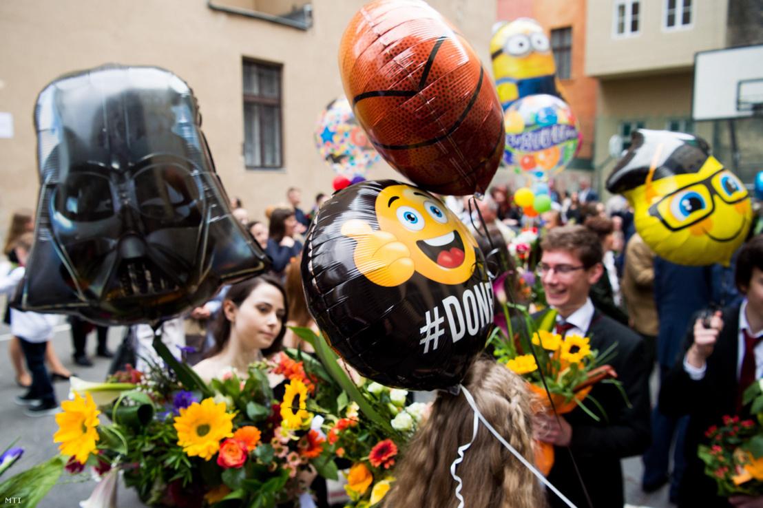 Ballagó diákok léggömbjei Budapesten az ELTE Trefort Ágoston Gyakorló Gimnázium udvarán 2017. május 5-én.