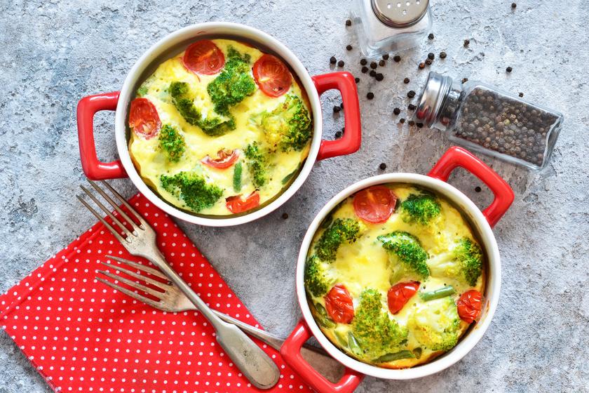 Újkrumpli a rakottasba is kitűnő. Sokkal gyorsabban átsül, és más zöldségek is kerülhetnek mellé. Fűszeres tejszínnel, sok sajttal ínyenc egytálétel lehet, csirkével pedig még tartalmasabbá teheted.