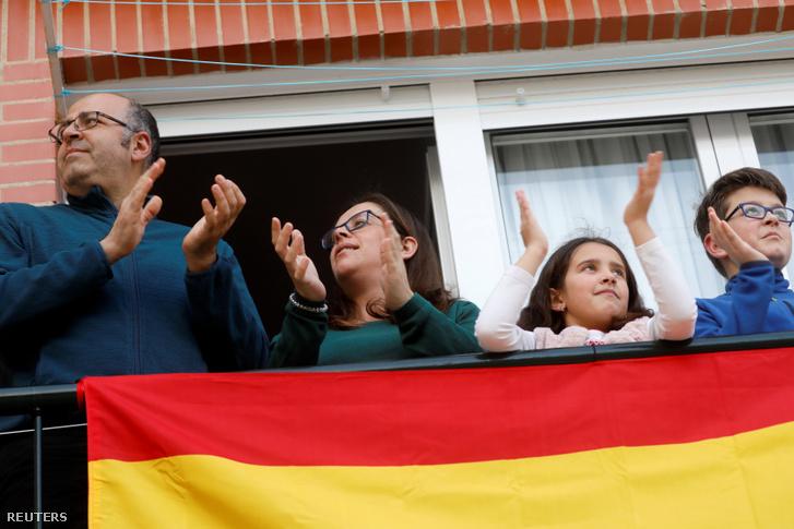 Esti tapsolók a kórházi dolgozókért erkélyükön Rondában 2020. április 17-én