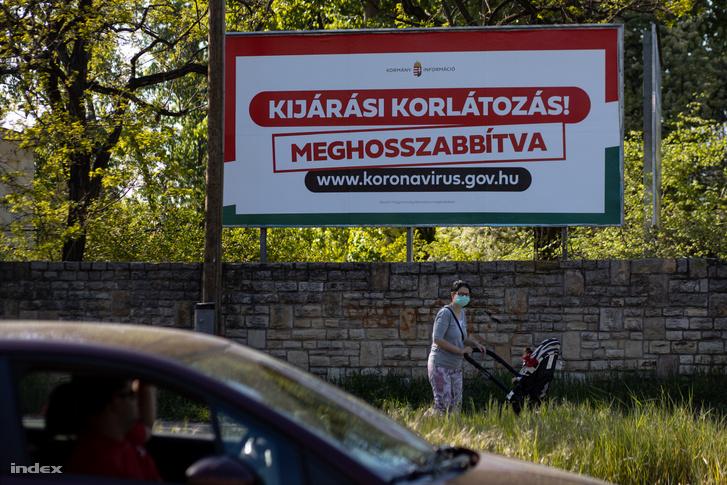Kijárási korlátozás reklámtábla Budapesten