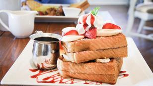 Az édes bundás kenyér egy kevés mogyorókrémmel és balzsamecetes eperrel lesz tökéletes