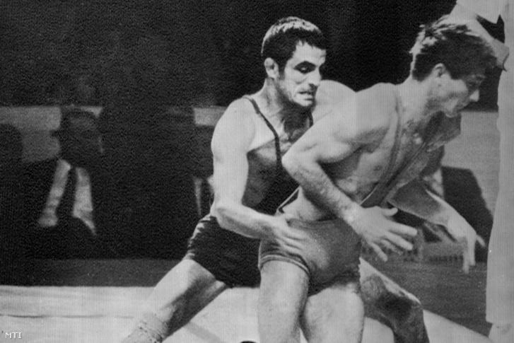 VARGA János és a román Ion BACIU (b-j) birkózók küzdelme a kötöttfogású birkózás légsúlyú kategóriájának döntőjében október 26-án a XIX. nyári olimpián. A küzdelem döntetlennel ért véget, a magyar sportoló aranyérmet, a román sportoló ezüstérmet nyert.