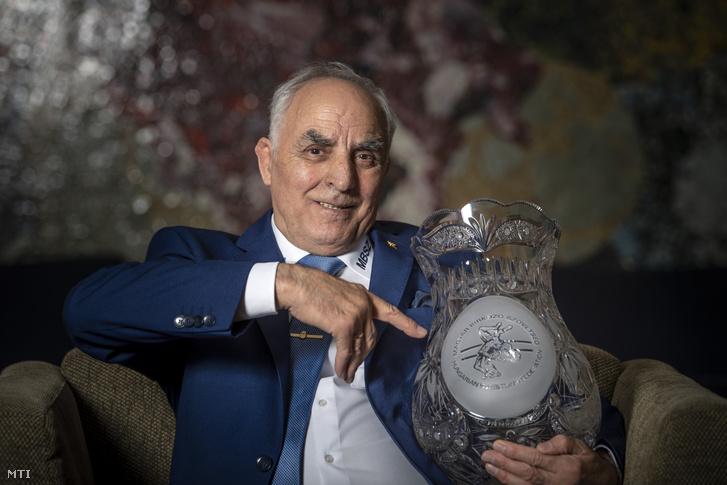 Varga János birkózó, a Nemzet Sportolója az ajándékba kapott kristályvázával köszöntésén, a Magyar Birkózó Szövetség csapatgyűlésén a budapesti Hotel Aquincumban 2018. november 22-én