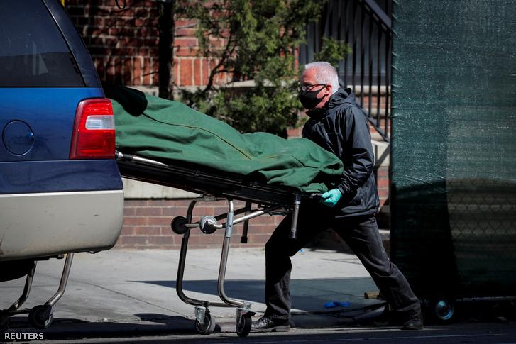 Elhunytat szállítanak el a Brooklyn Kórházközpontból New Yorkban 2020. április 28-án