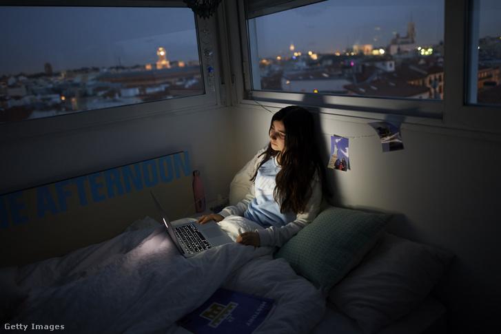 Tinédzser filmet néz szobájában Madridban, a koronavírus-járvány idején 2020. március 18-án
