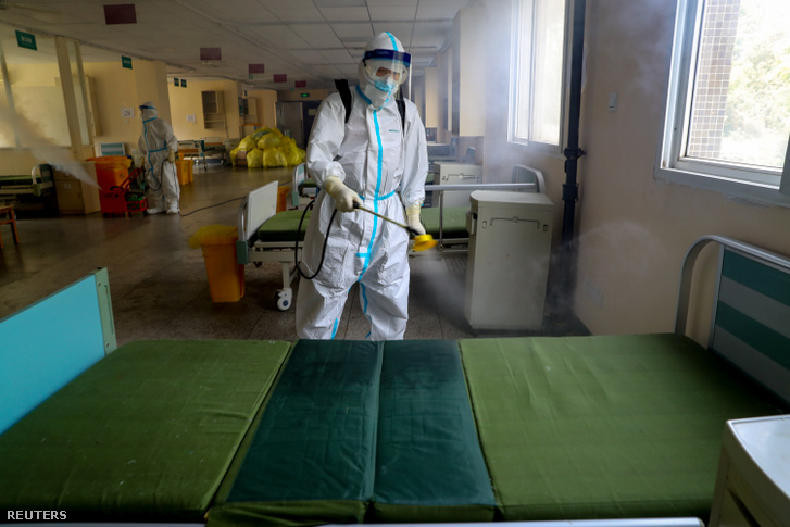 Védőfelszerelésben fertőtlenítő dolgozó a vuhani 7. számú kórházban 2020. március 19-én