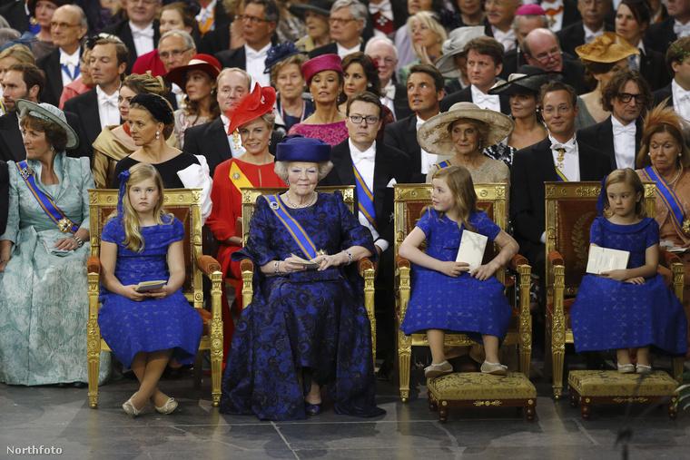 Mint látják, Beatrix királynő mosollyal az arcán nézi, ahogy fiát beiktatják uralkodónak