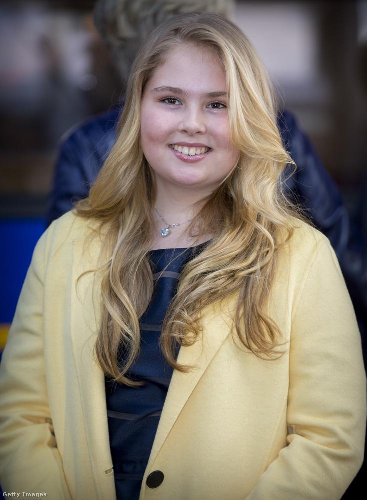 A 16 éves lány hivatalos titulusa szerint Oránia, Oránia-Nassau és Hollandia hercegnője