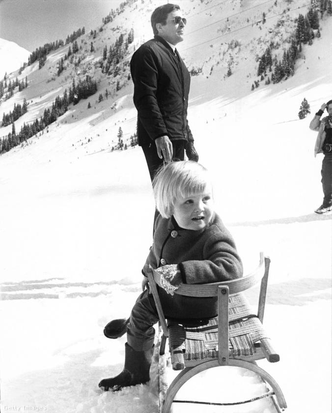 Mondtuk: a királyi család imádja a havat és a síelést, ezen a képen Vilmos Sándor látható, hároméves korában
