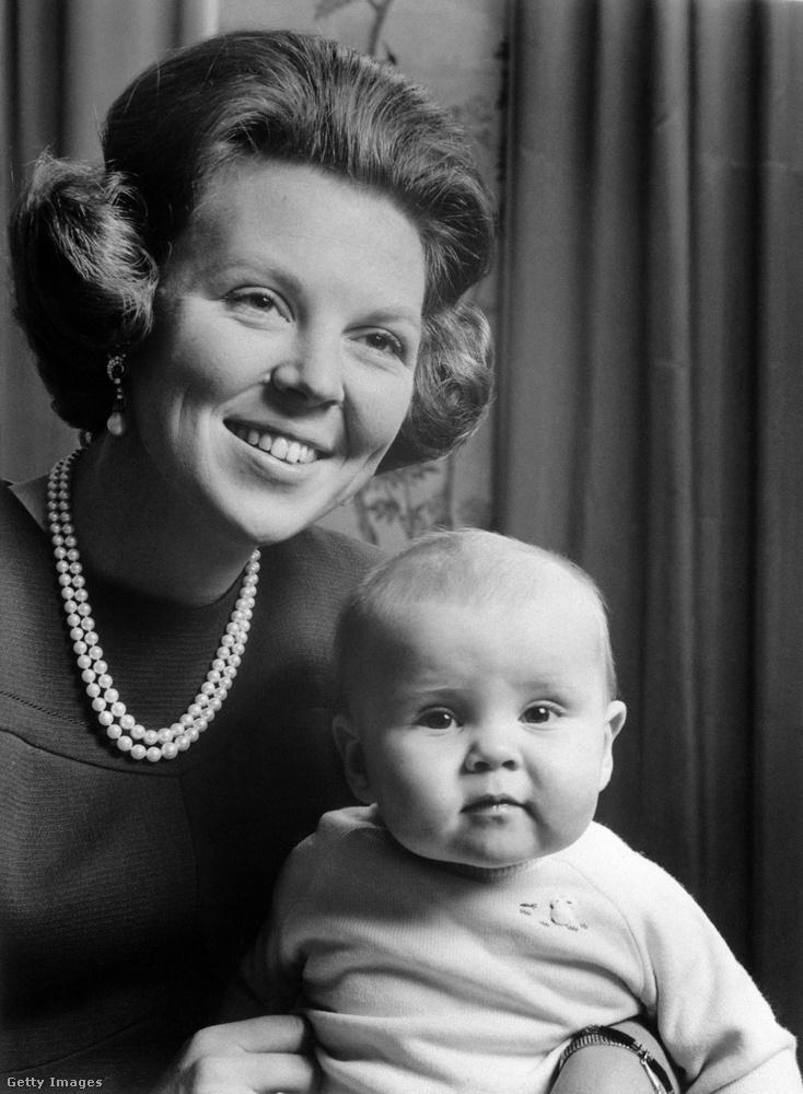 A király úgy került a trónra, hogy a képen látható édesanyja, Beatrix királynő lemondott uralkodási jogáról, és átadta fiának a stafétabotot