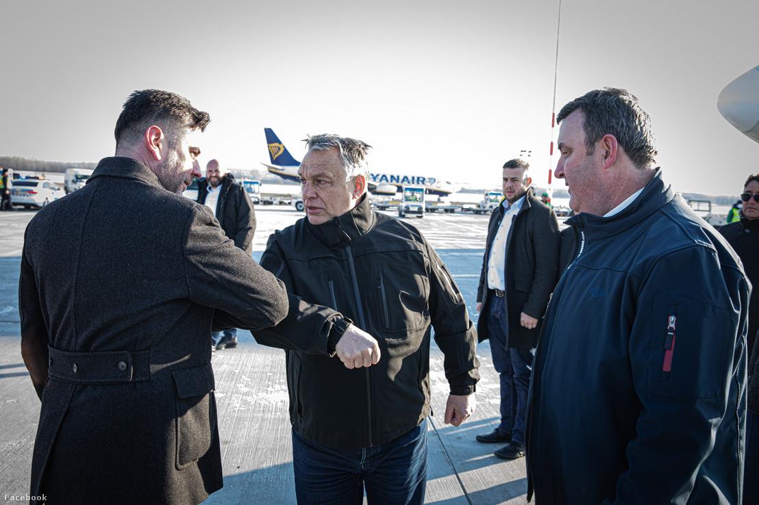 ifj. Kovácsics Iván, Orbán Viktor és Palkovics László a Liszt Ferenc repülőtéren a szállítmány érkezésekor 2020. márcus 23-án