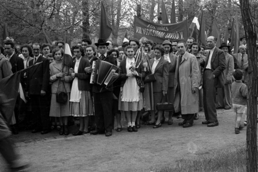 Május 1-jei felvonulók Budapesten a Városligetben 1957-ben.