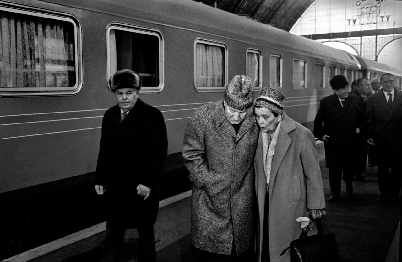 1983.12.01                         Kádár János és kisérete Berlinből megérkezik Budapestre .                         A főtitkárt felesége üdvözli a Keleti pályaudvaron.