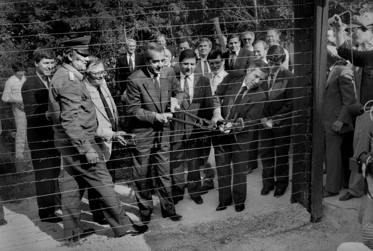 1989.06.27                         Alois Mock osztrák kancellár és Horn Gyula magyar külügyminiszter átvágják a jelzőrendszer vezetékét Sopron- Klingenbech környékén.l
