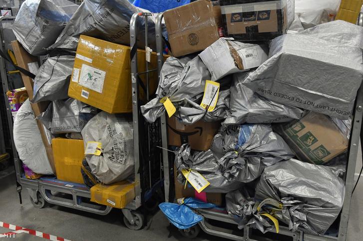 Külföldről érkezett küldemények a Magyar Posta Nemzetközi Posta Kicserélő Központjában 2019. október 15-én