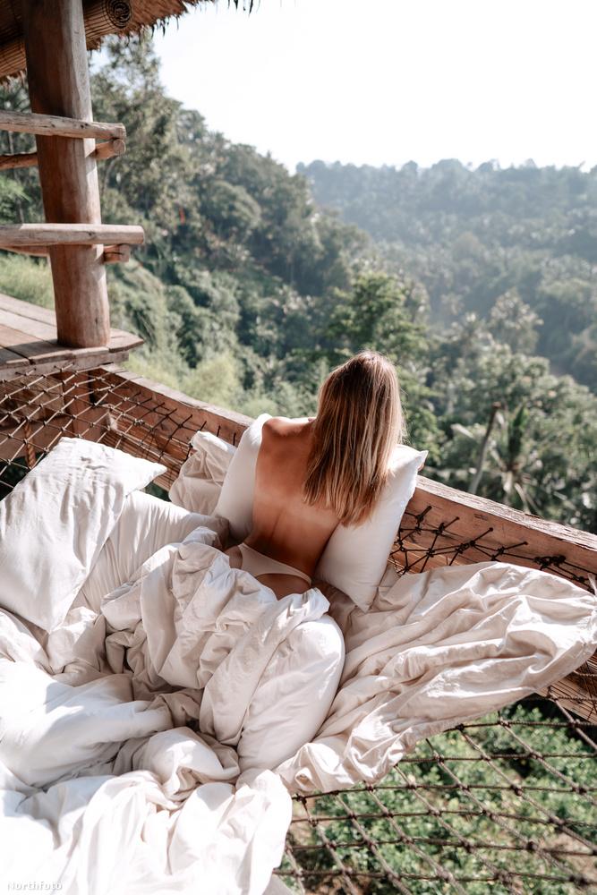 Persze, nemcsak az egzotikus tájnak köszönheti népszerűségét a közösségi oldalakon, valószínűleg bikinis fotói is besegítettek a követőgyűjtésben