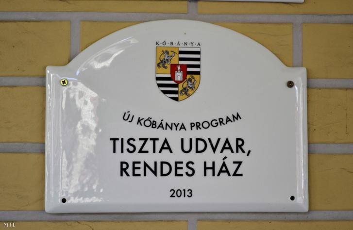"""""""Tiszta udvar - rendes ház"""" feliratú, a település címerét is ábrázoló elismerés táblája a főváros X. kerületében"""