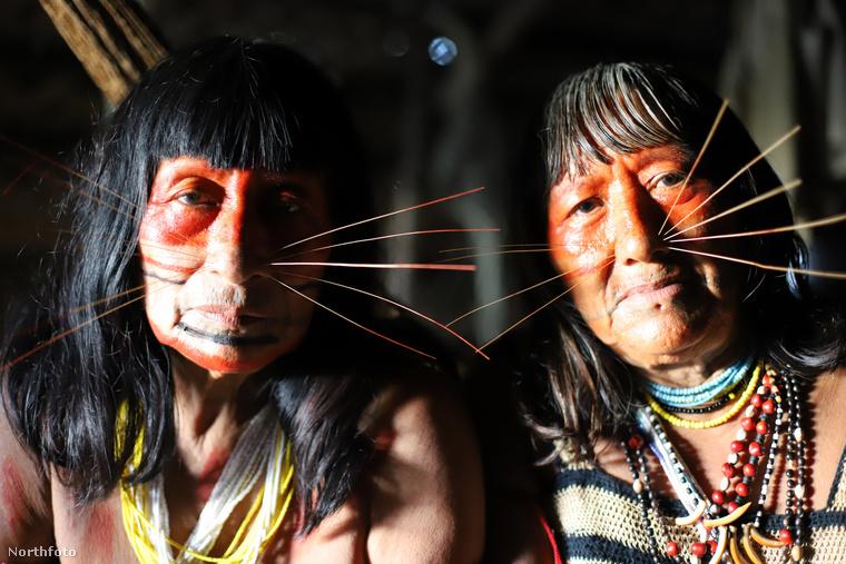 Ahogy látja,a nőknek elég jellegzetes megjelenésük van, a macskákéra emlékeztető bajusszal díszítik arcukat, aminek nem vallási, hanem inkább esztétikai oka vannak, az arcéket ugyanis felettébb megnyerőnek és szépnek tartják