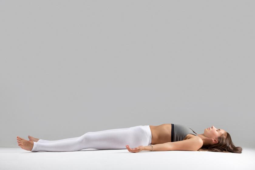 Szavászana - Kezdd a mozdulatsort háton fekve, nyújtott karokkal és lábakkal. Lélegezz egyenletesen, és érezni fogod, ahogy nyugalom és béke érzete árad szét benned.