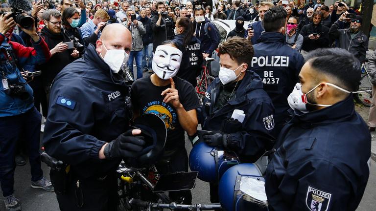 Így tüntetnek a világban a járvány közepette