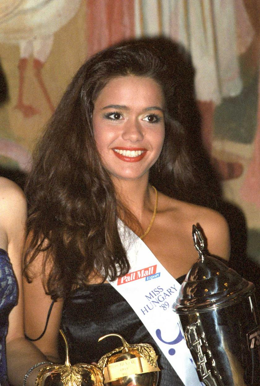 Geszler Dorottya az 1989-es Miss Hungary szépségkirálynő-választás döntőjének harmadik helyezettjeként az Erkel Színházban.