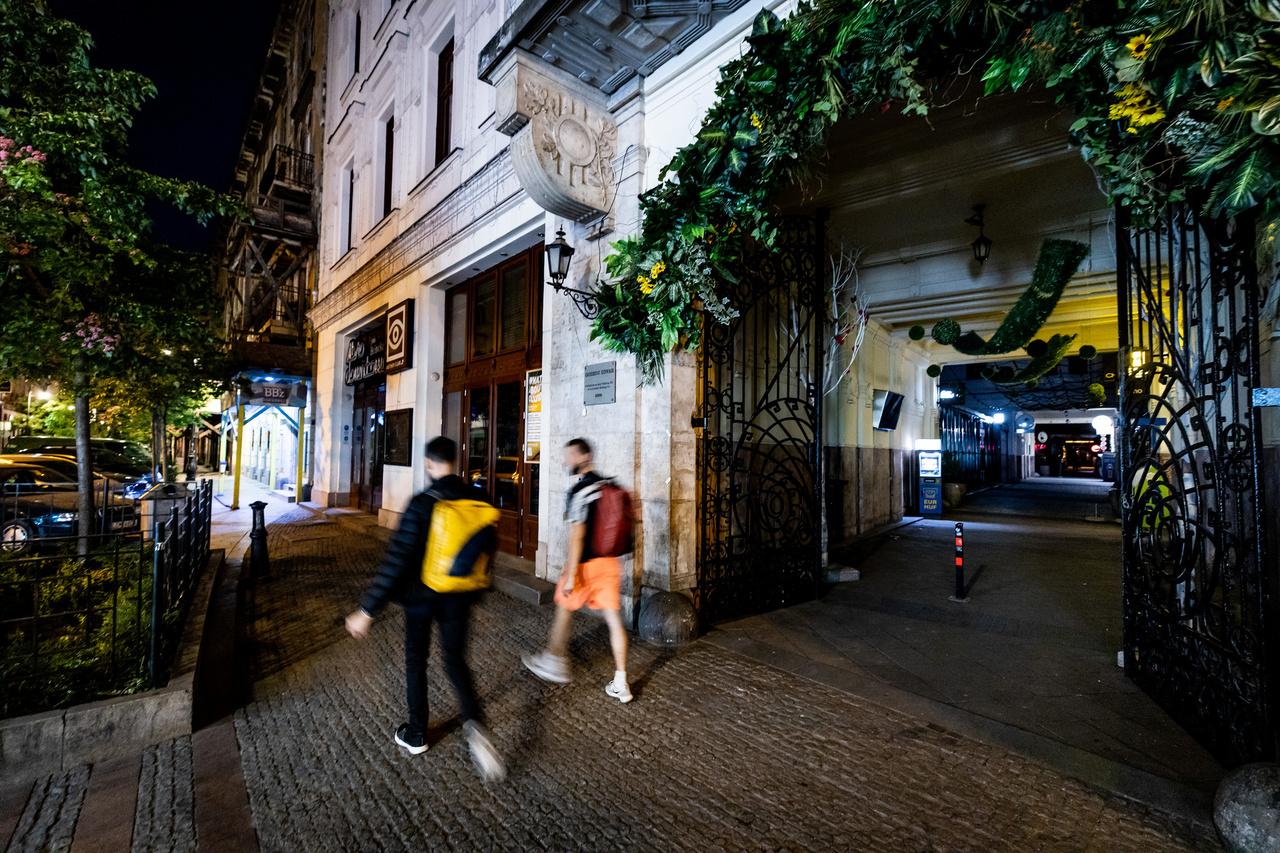 """A bulinegyed, a képen látható Gozsdu-udvar Budapest legkísértetiesebb területének tűnhetett. A bezárt helyek miatt sötétbe borult a belvárosnak ez a része, és ha lement a nap, embereket is alig lehetett látni az utcákon. A környék utcáiról a bulizókkal együtt az átmulatott esték velejárója, a cigarettafüst is eltűnt. Ezt mindannyian meg tudnánk szokni, ha így is maradna.                          A füstmentesség elérhetőbb, mint gondolnánk. Magunkat és környezetünket is úgy védhetjük meg leginkább a dohányzás okozta ártalmaktól, ha rá sem szokunk, illetve, ha már rászoktunk, akkor igyekszünk minél előbb letenni a cigit. Azok számára, akik valamilyen oknál fogva nem szoknak le, ma már számos füstmentes technológia létezik, mint például az e-cigaretta, a nikotinsóval működő vagy a dohány-hevítéses technológia. Az e-cigi dohány helyett nikotintartalmú folyadék felhasználásával, a nikotinsóval működő pedig kémiai reakció során állít elő nikotinpárát, míg a dohány-hevítéses technológia olyan hőmérsékletre hevíti a dohányt, amely már elég ahhoz, hogy dohány- és nikotinpára szabaduljon fel, de még ne történjen égés, és így füst se képződjön.  Ahogyan a Public Health England, a brit állami egészségügyi hatóság nemrégiben kiadott közleményében fogalmazott: """"az egészségre potenciálisan kevésbé ártalmas, a dohányzás alternatíváját jelentő, nikotintartalmú eszközök továbbra is döntő szerepet játszhatnak az egészségkárosító hatás mérséklésében."""""""