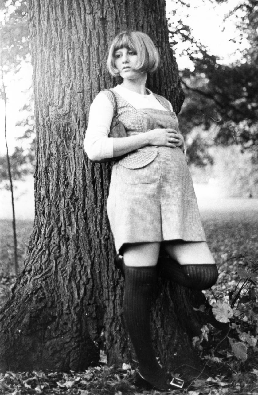Kismama 1971-ben az akkori divatnak megfelelő ruhában és frizurával.