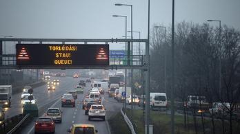 Kiborult zsemlemorzsa miatt áll az M0-son a forgalom