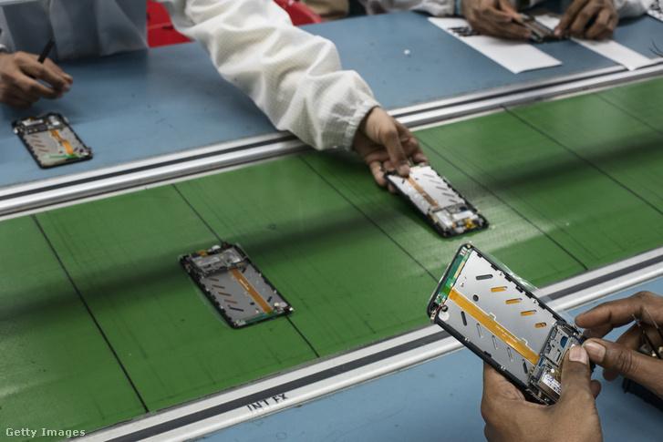 Okostelefonokat szerelnek egy indiai gyártósoron