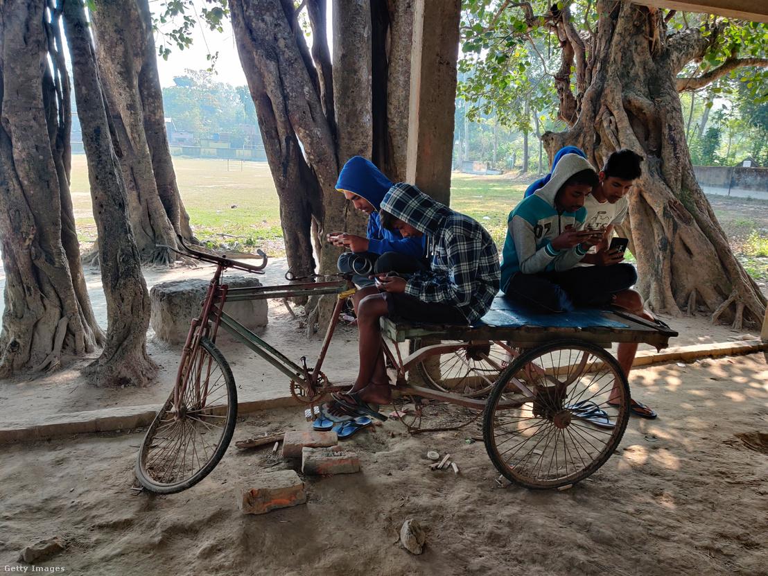 Fiatalok online applikáción játszanak indiai faluban