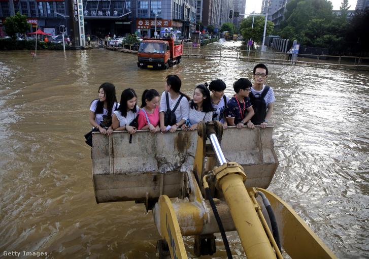A 2016-os áradáskor Vuhanban traktorral vitték segítették az emberek munkába jutását, illetve a háttérben látható, víz fölé emelt pallókon közlekedtek az emberek