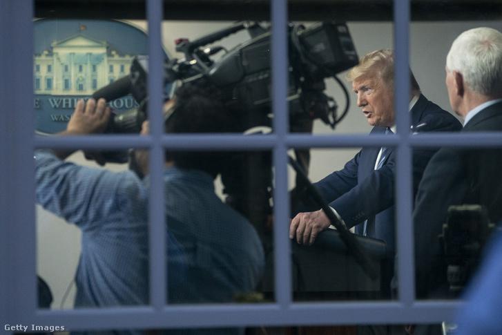 Donald Trump beszél a koronavírussal kapcsolatos sajtótájékoztatóján 2020. április 5-én