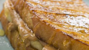 Akár baconszeletekkel is tuningolhatod: bundás kenyér banánnal és mogyoróvajjal