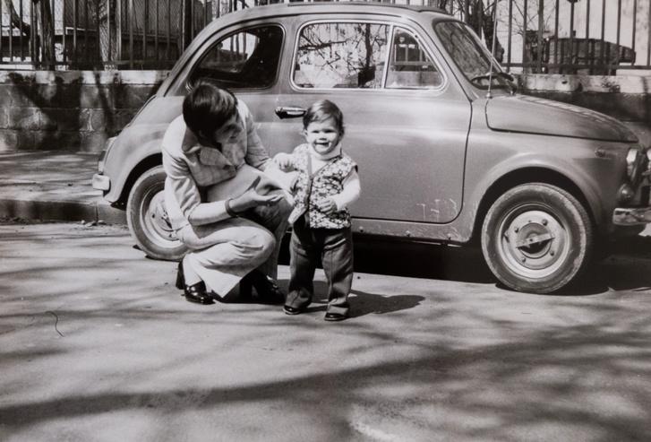 Íme, az egyetlen fotó, ami viszonylag új korából fennmaradt IK-01-07-ről: dr. Zarubay Árpád családja a Pagony utcában a hetvenes évek elején
