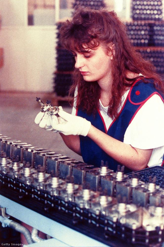 Csak egy kép erejéig, de azért emlékezzünk meg arról, hogy azért dolgozni is kellett 1990-ben