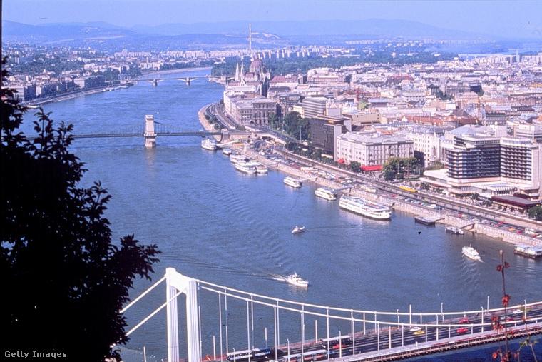 Ebben a lapozgatóban 30 éves fotókat nézhet meg: mindegyik Budapesten készült 1990-ben, a többségük 1990 nyarán