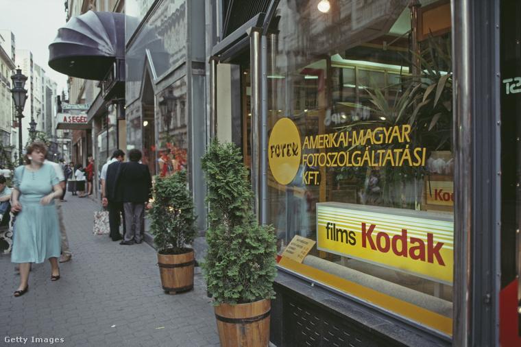 Az 1990-ben Budapestet fotózó külföldi fotós számára nyilván az egyik legérdekesebb helyszín a fotóüzlet volt