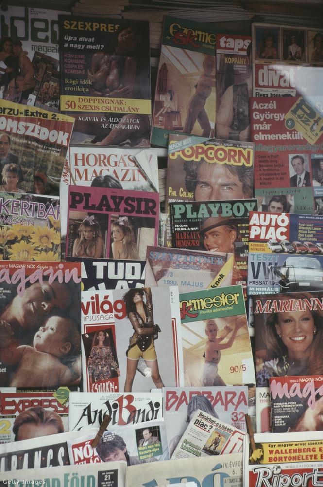 """A hírlapos bódék kínálatában feltűnően sok volt a szexújság: """"Újra divat a nagy mell?"""" – teszi fel a kérdést a Szexpress címlapja, de közvetlenül alatta a Horgász magazin látható, azalatt pedig a Playsir nevű, megintcsak erotikus lap, amit feltehetőleg nem sokkal később beperelt a mellette látható Playboy, hiszen a Playsir magazin nyilván arra ment rá a névadással, hogy hátha a kedves vásárlók összekeverik őket a világszerte ismert, de nyomtatásban itthon már nem létező újsággal."""