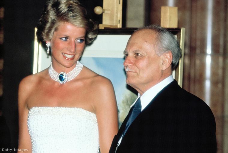 Diana hercegné itt Göncz Árpáddal látható, akit pár nappal korábban, május 2-án neveztek ki ideiglenes köztársasági elnökké.