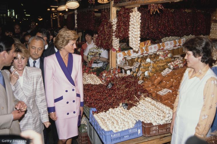 A hercegi pár ellátogatott a Vásárcsarnokba is a Dimitrov (ma Fővám) téren.