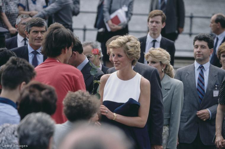 Budapesten hatalmas tömegek üdvözölték a hercegi párt ezen a történelmi eseményen, aminek a jelentőségét az adta, hogy a brit királyi családból ezelőtt még soha nem volt senki az egykori varsói szerződés országai közül egyikben sem.