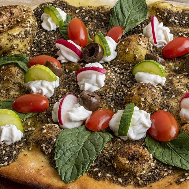 Így készül a libanoni laposkenyér: olívaolaj és fűszerek teszik különlegessé