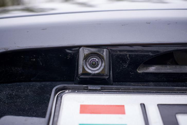 Sok Vengában van tolatókamera, mely a navigáció nélküli változatokban a tükörbe épített kijelzőre vetít. Csahogy ez egyben a kocsi egyetlen gyenge pontja
