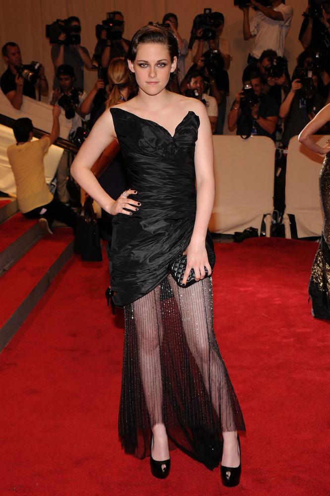 Kristen Stewart egy évvel később húzta fel ezt a kissé értelmezhetetlen ruhát, amit valaki biztos tudott volna viselni, de a színésznő pont nem ez az illető.