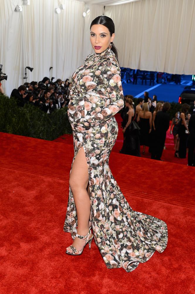 Kim Kardashiannak vagy senki nem szólt a dresszkódról, vagy a fejébe vette, hogy ő aztán nem fog szakadt neccharisnyában szaladgálni